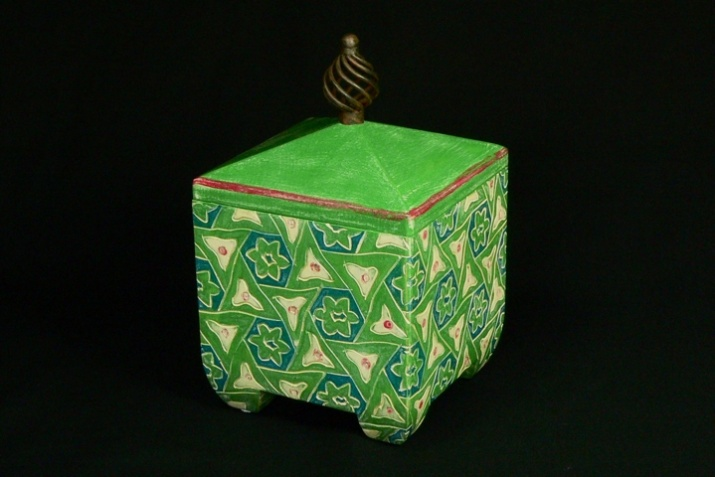 Green persion tile box. Dimensions 8.5'' x 5.5'' x 5.5''